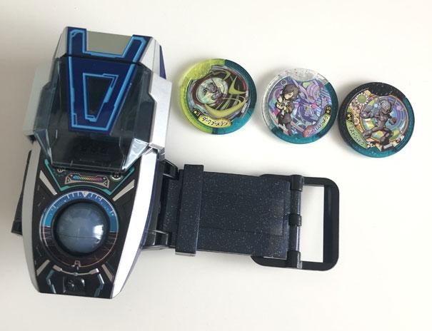 DX Aウォッチ本体と付属メダル3枚の画像