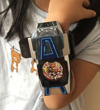 DX Aウォッチを付けた6歳女児の画像